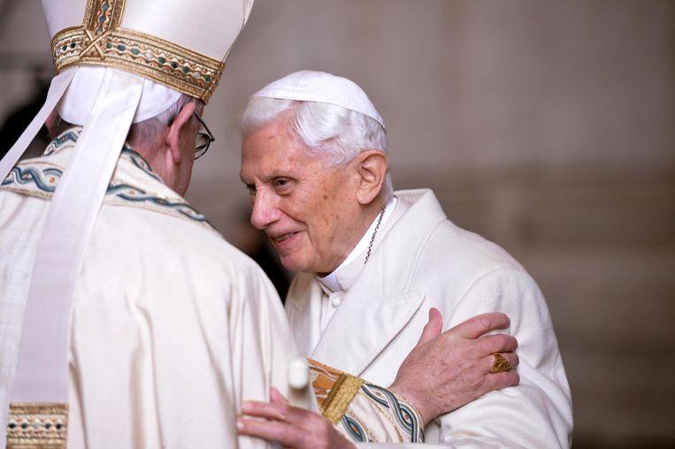 Paus Franciscus (links) en ex-paus Benedictus XVI in 2015. De voormalige paus  Beeld EPA