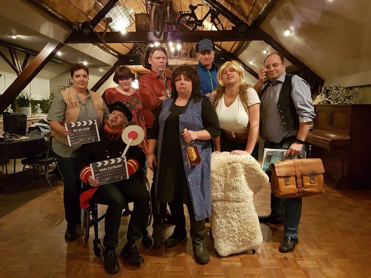 Voor één van de nachtelijke opdrachten heeft de organisatie zich verkleed als de familie Flodder.