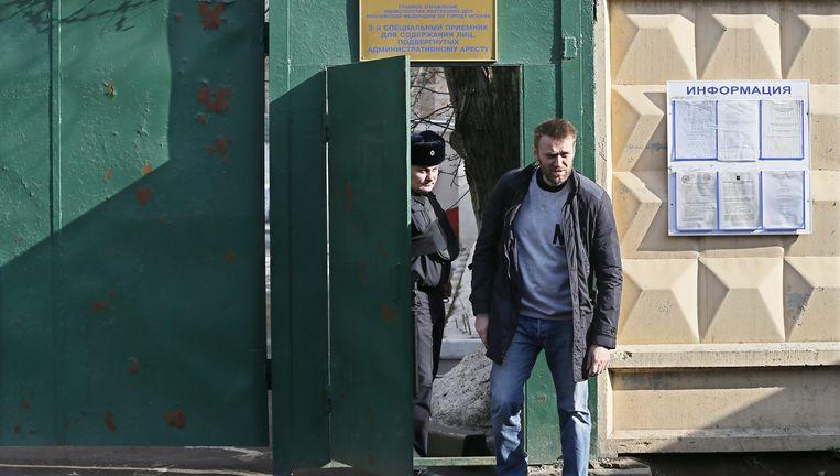 Aleksej Navalny, de enige echte uitdager van Poetin, verlaat een gevangenis in Moskou in maart 2015. Als veroordeelde mag Navalny zich pas in 2028 weer verkiesbaar stellen. Beeld EPA