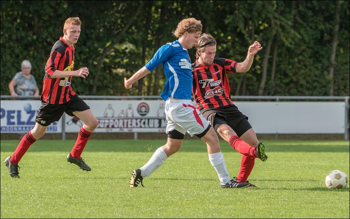 Milsbeek-verdediger Niek Schoofs passt voordat een speler van DIO'30 hem de bal ontfutselt.