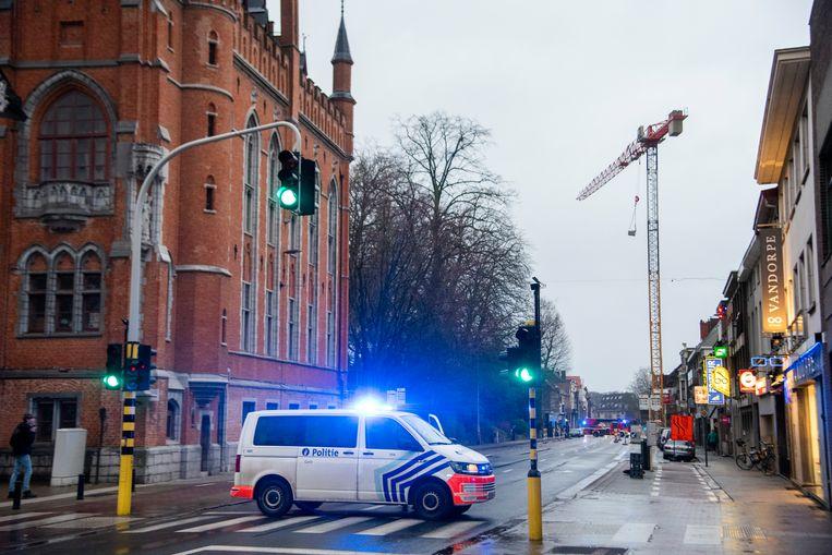 De Antwerpsesteenweg is afgesloten omdat een werkbak aan een kraan ter hoogte van de Bloemistenstraat dreigt te vallen.