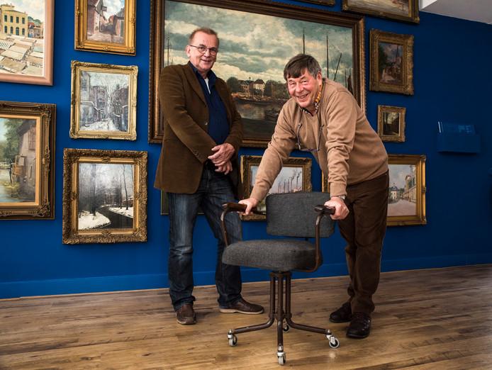 Hans Krol (rechts) en Wim Dommerholt met de beruchte stoel van NSB-leider Anton Mussert.