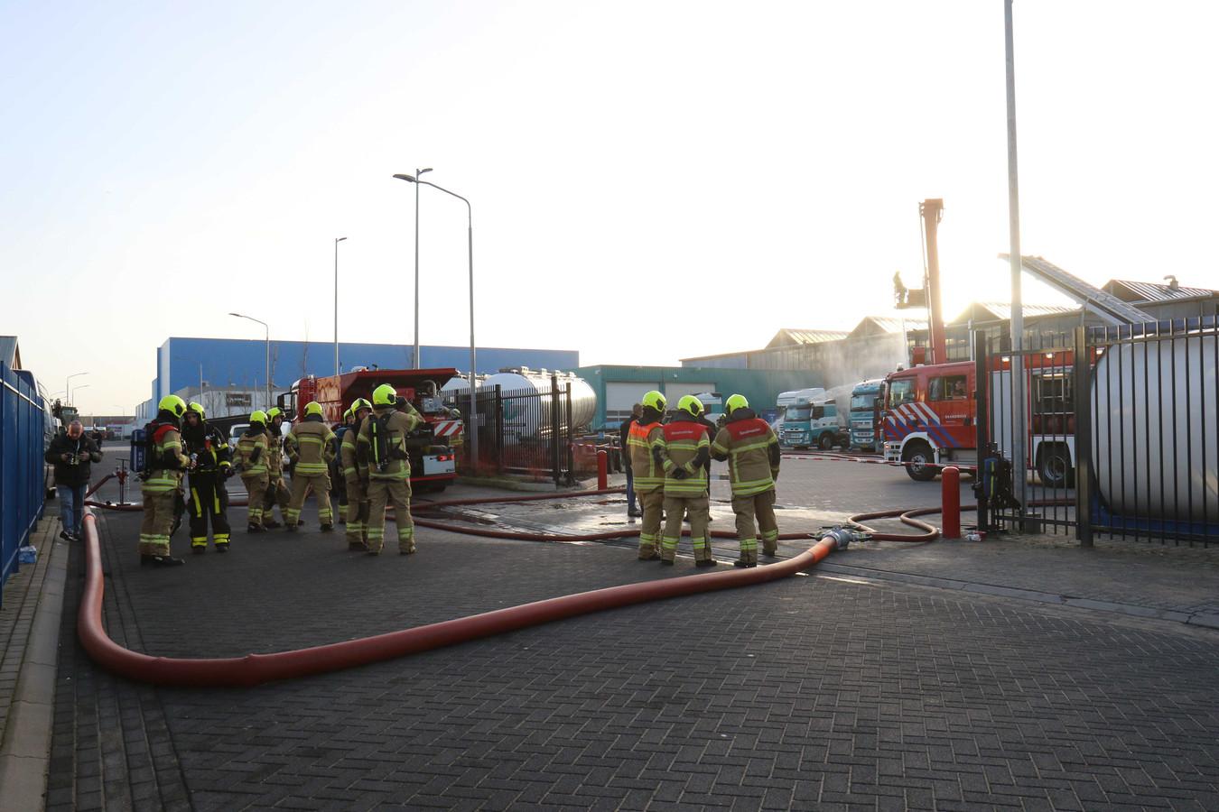De brandweer was ter plaatse bij de tankwagen waar afgelopen zaterdag giftige gassen vrij waren gekomen. In een groot deel van Midden-Nederland zorgde het gas voor stankoverlast.
