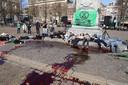 Emmers nepbloed op Plein in Den Haag gegooid. Demonstranten liggen op de grond.