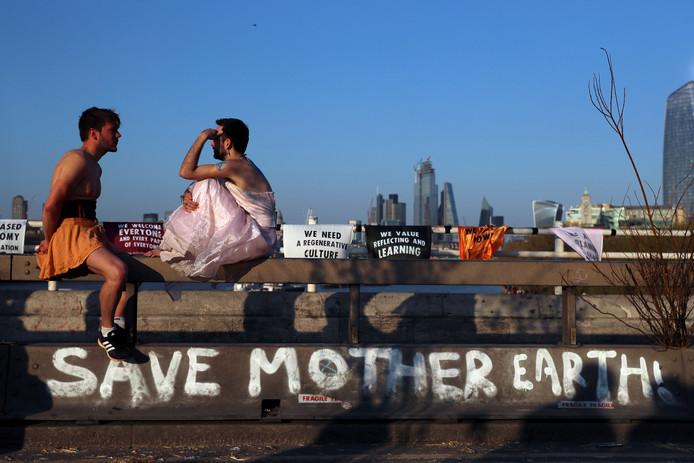 Demonstranten van Extinction Rebellion bij Waterloo Bridge in Londen.