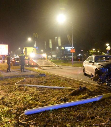 Automobilist raakt van weg en knalt tegen lantaarnpaal in Breda