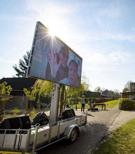 Een beetje All You Need Is Love bij woonzorgcentrum in Vriezenveen: 'We missen je, oma'