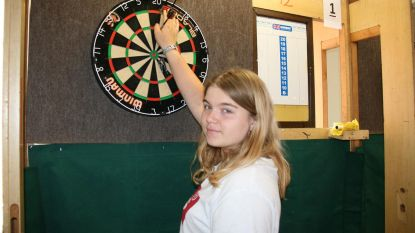 Audrey, 15 en rijzende ster van de dartssport
