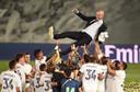 Zinédine Zidane wordt gejonast.