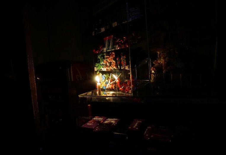 Een winkel in Argentinië bij kaarslicht. Beeld REUTERS