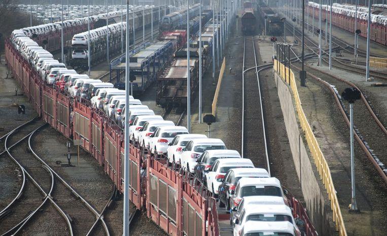 Volkswagens worden per trein vervoerd in Duitsland. Beeld afp