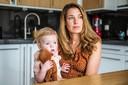 Melanie van Rooijen en hun kind Fenna.