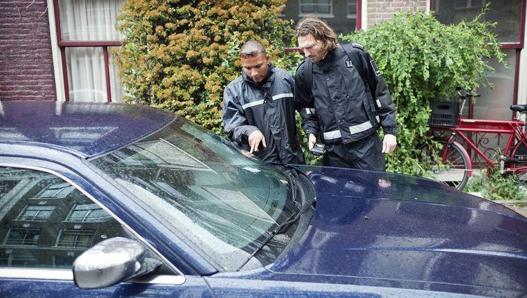 Cition controleert geparkeerde auto. Beeld Marc Driessen