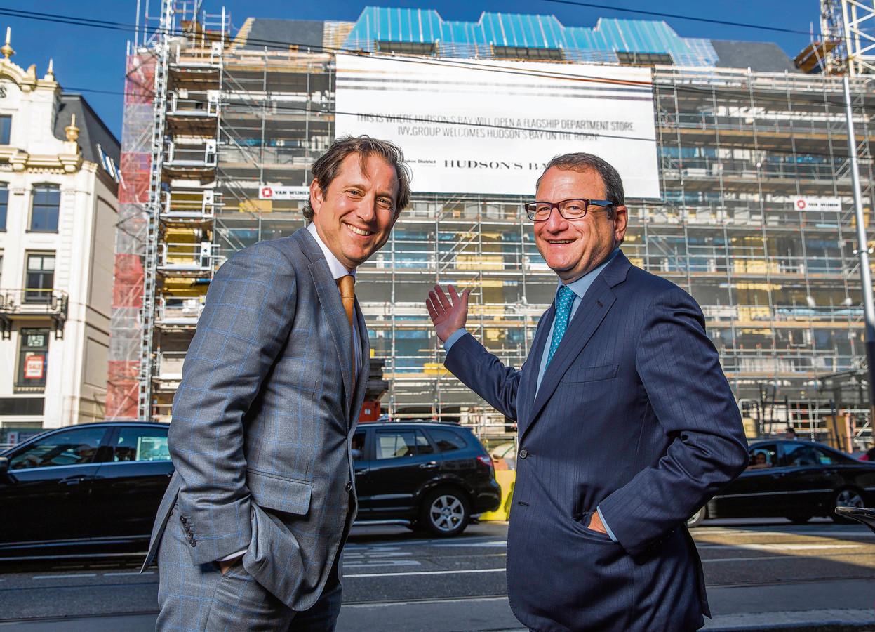 Richard Baker (links) met de inmiddels opgestapte rechterhand Jerry Storch voor de vestiging van Hudson's Bay in aanbouw aan het Amsterdamse Rokin. Ze hadden grote plannen voor Nederland.