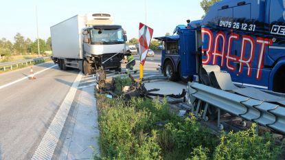 Vrachtwagenbestuurder wordt onwel en rijdt in op vangrail