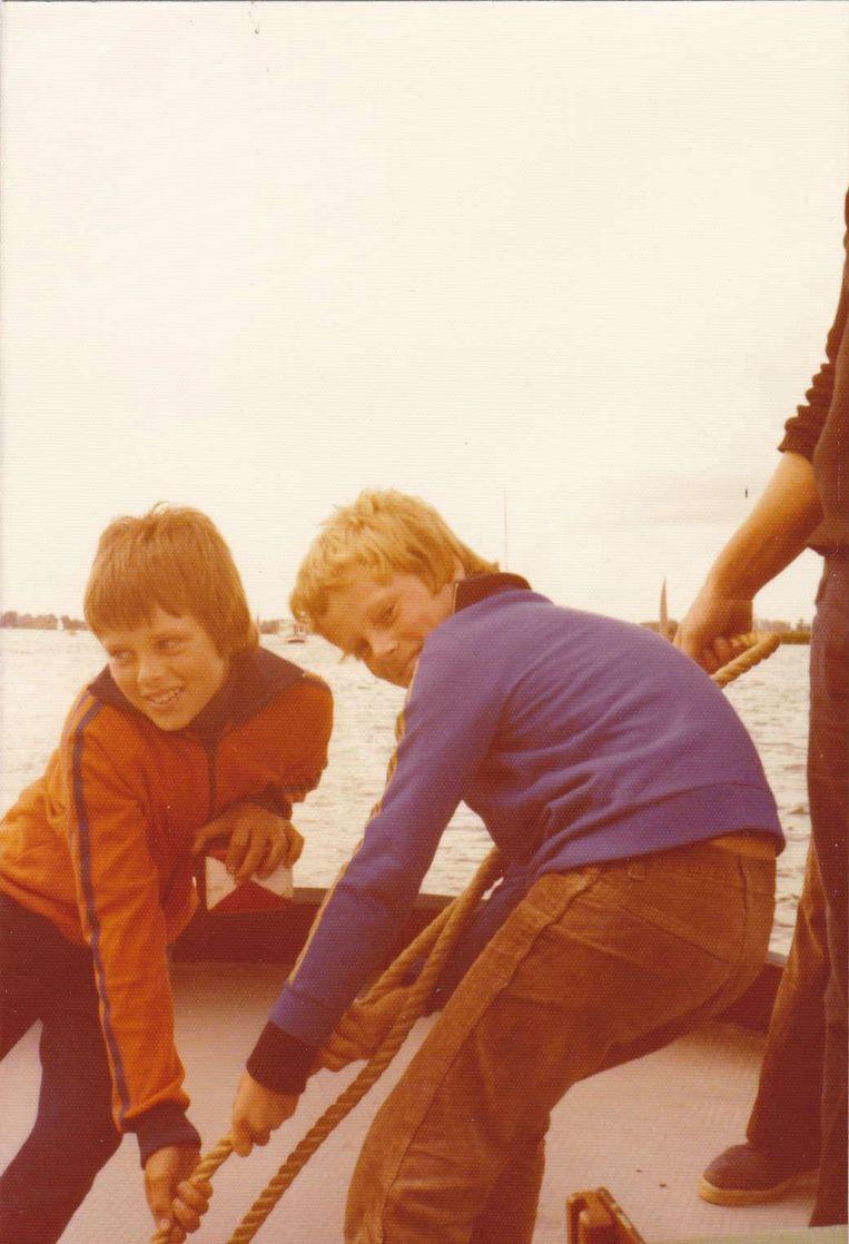 Met zijn twee jaar oudere broer Bert (in blauw jack) in een boot. Beeld