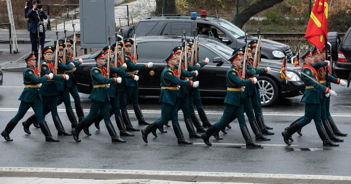 Een Russische erewacht vergezelt de limousine van Kim Jong-un in Vladiswostok.