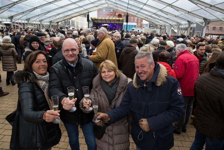 Veronique Vlaisloir, Frank Martens, Yvette Jacobs en Frank Bracquez heffen het glas op het nieuwe jaar.