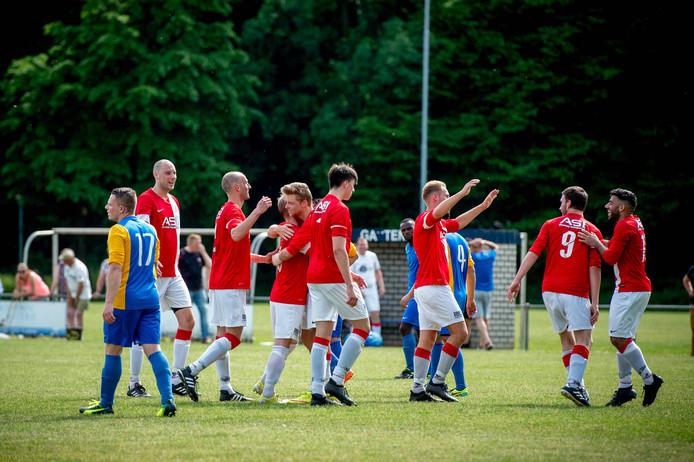 De spelers van Batavia vieren een doelpunt tegen DVE-Trajanus, vorig seizoen.