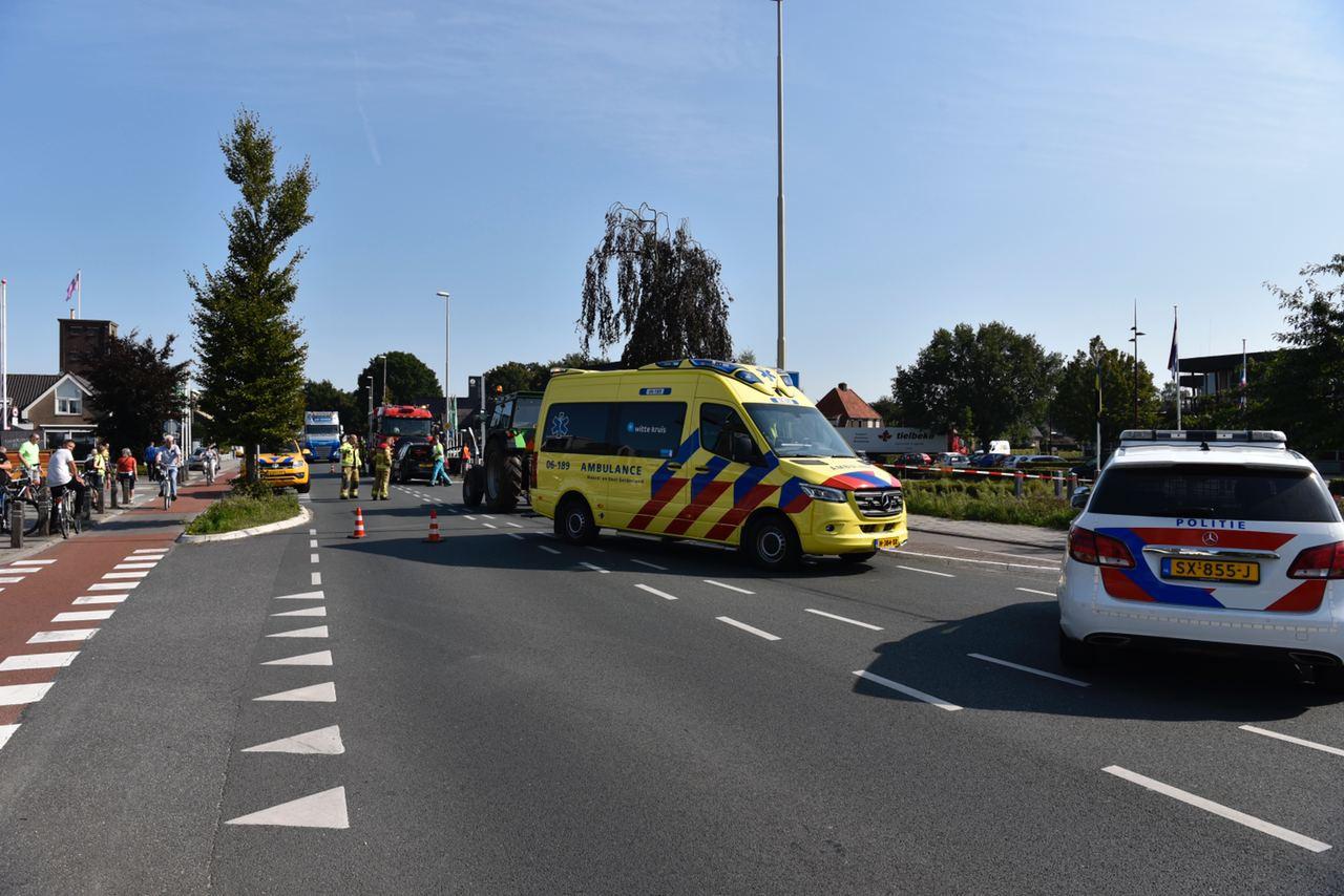 De Zuiderzeestraatweg in Oostendorp is dicht nadat een tractor op een auto reed.