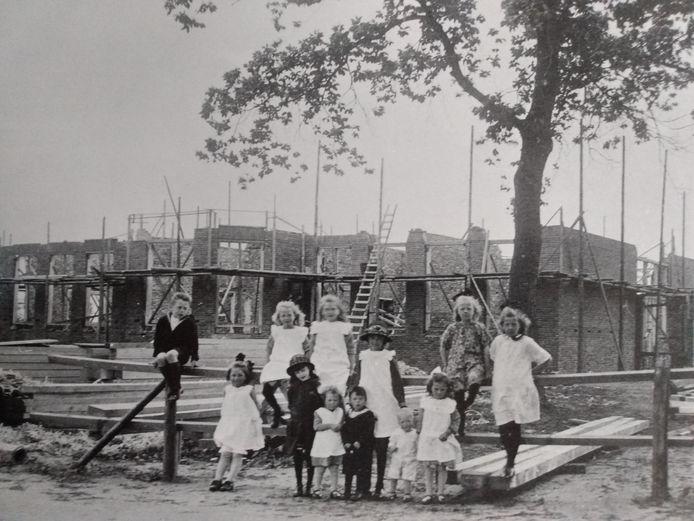 Historische foto's in Raalte: je kunt vanaf nu sparen in het verzamelboek van de Jumbo en de Historische Vereniging. Hier de bouw van het gemeentehuis in Raalte.