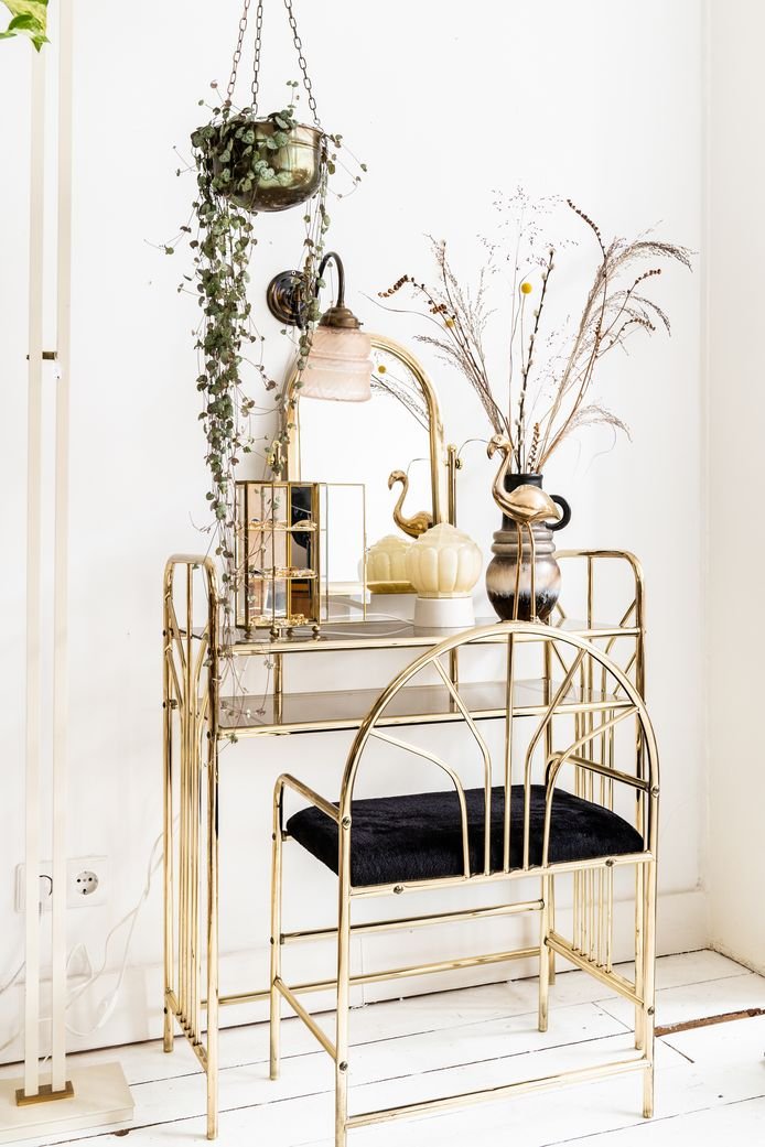 Strakke, mid-century-meubels en glimmende accessoires zorgen samen voor een chic, gebalanceerd geheel.