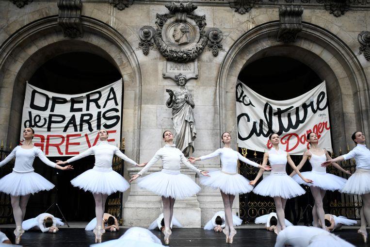 Dansers van de Parijse opera protesteren tegen de verhoging van de pensioenleeftijd naar 64 jaar.  Beeld AFP