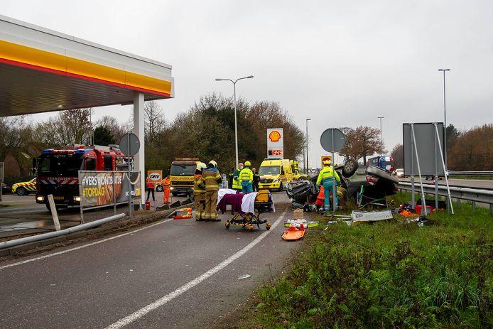 De automobilist is door hulpverleners uit de auto bevrijd, zijn verwondingen zijn onbekend.