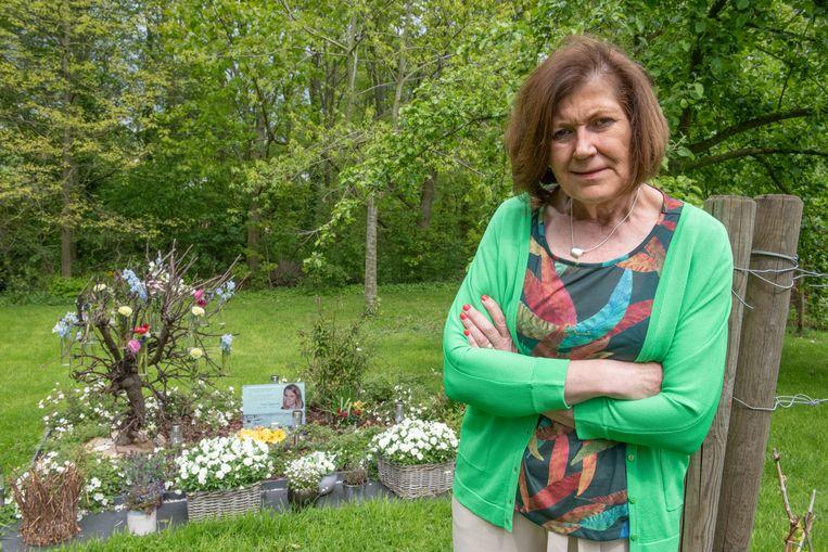 Nadine Van Den Bossche op de plek in haar tuin waar dochter Fran uit het leven stapte.