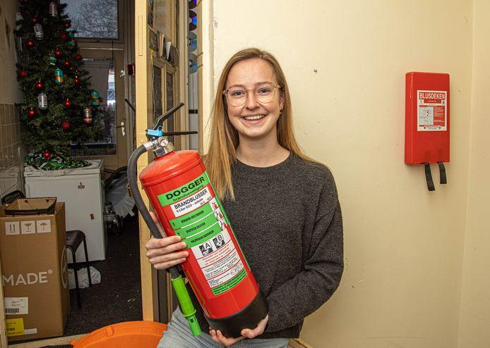 Studente Demi deed mee aan het onderzoek naar brandveiligheid.