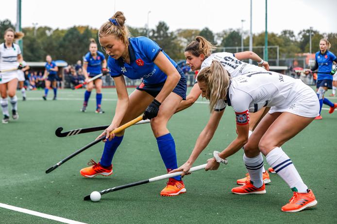 Breda-speelster Lohra Zaaijer (links) zit in de tang bij Merel Aarts en Marieke Bos van Push.