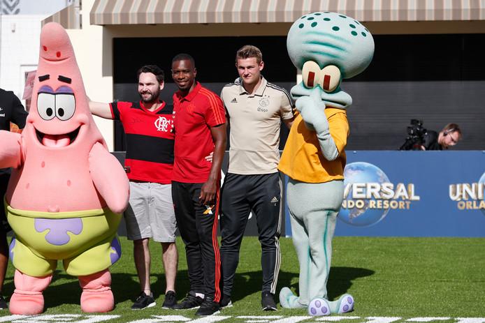 Matthijs de Ligt posteert met Octo, bekend van Spongebob.