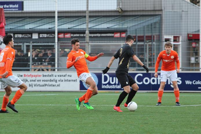 Miroslav Peric (in het zwart) maakte drie goals namens Terneuzense Boys tegen Oranje Wit.
