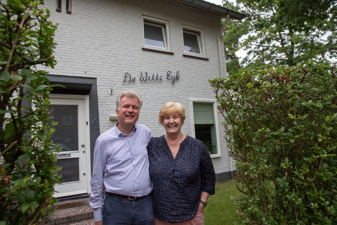 Greet de Boer en Wouter Leibbrandt voor hun huis aan de Eykmanstraat.
