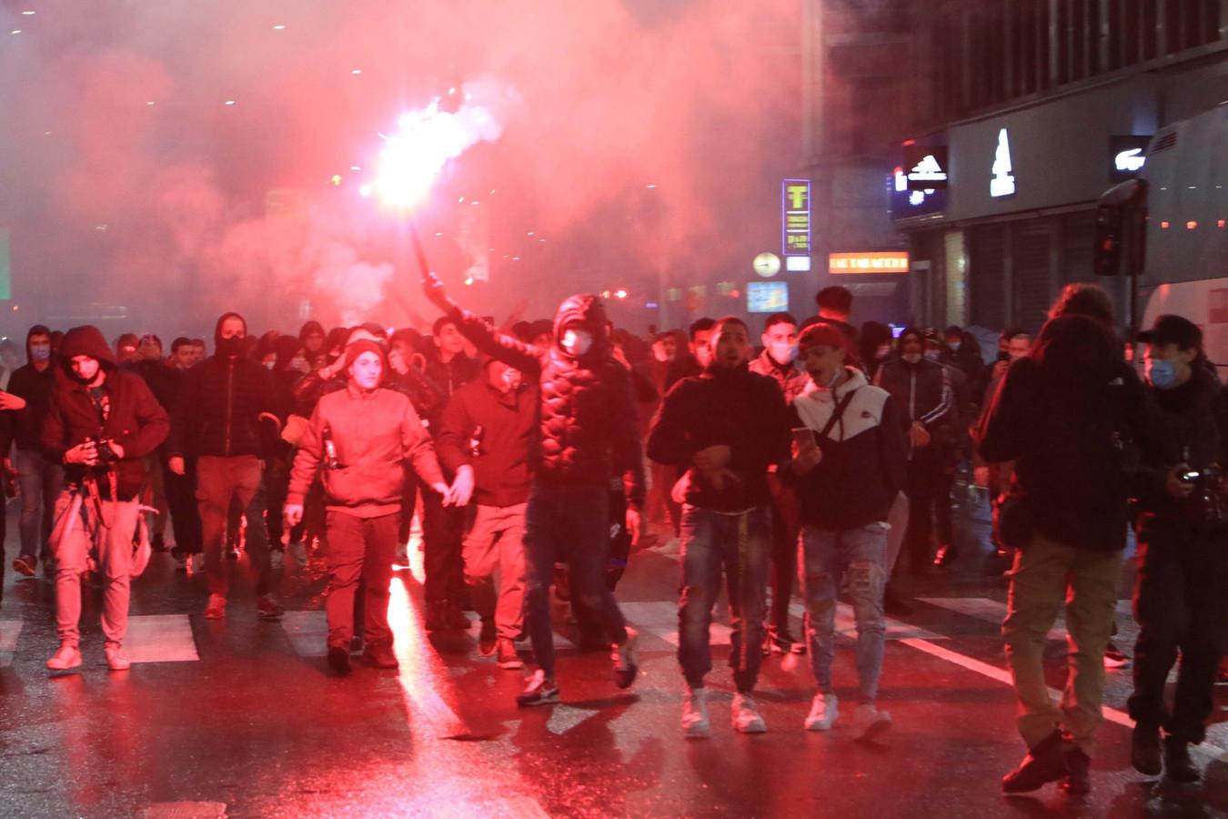 Demonstranten botsen met de politie tijdens een protest tegen de nieuwe coronavirusmaatregelen in Milaan.