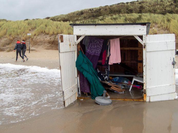 Odette mag dan wel veel strandhokjes hebben weggeblazen, schade aan dijken en duinen is er nauwelijks, zegt Waterschap Scheldestromen.