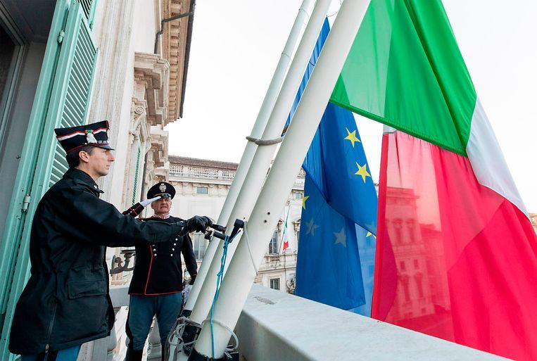 De Europese en de Italiaanse vlag wapperen in Rome.  Beeld AFP