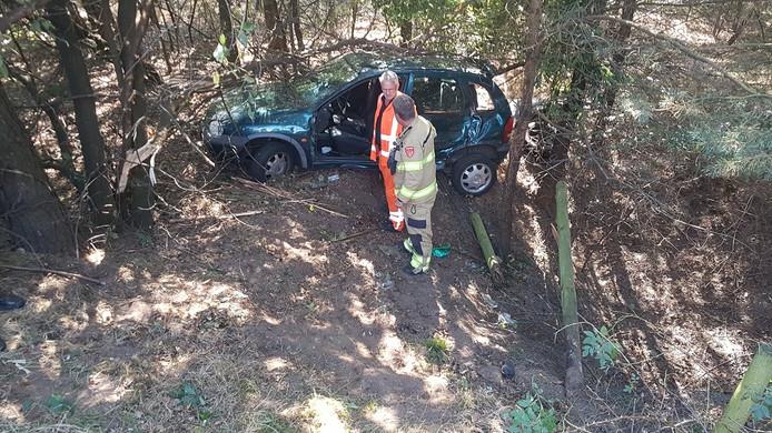 De auto is van het talud gereden en ligt enkele meters lager dan het wegdek van de A12.