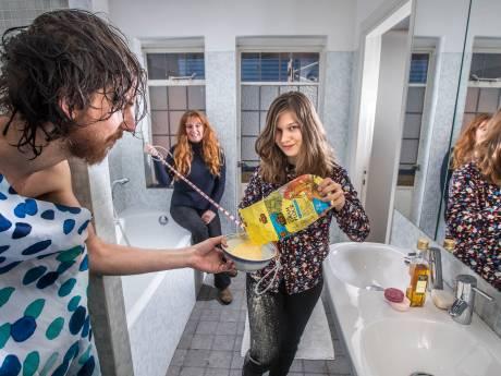 Chantall wees shampoo deur en wast haren op alternatieve manier (al lijkt het soms op een crimescene)