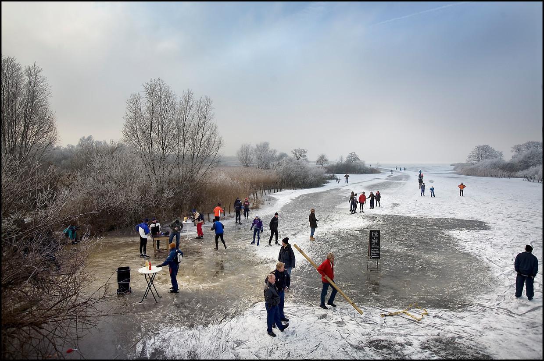 Een typisch Nederlands tafereel: ijspret bij Belt-Schutsloot in Overijssel, op 8 januari 2009. Fotograaf Werry Crone, nam vandaag, 21 februari 2020, nogmaals dezelfde foto - zie onder.