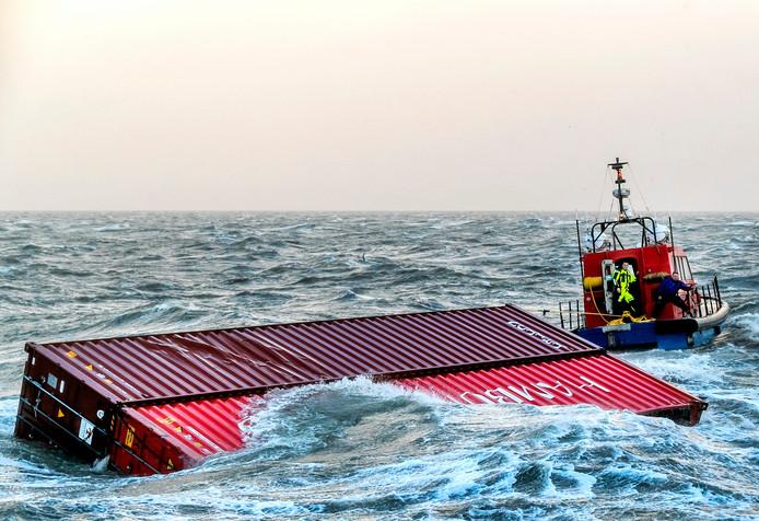 Een sleepboot brengt twee overboord geslagen containers van het schip MSC Zoe de haven van Lauwersoog binnen. Het containerschip MSC Zoe verloor in de nieuwjaarsnacht 281 containers in de Noordzee toen het de verkeerde zeevaartroute boven de Waddeneilanden pakte (archieffoto)