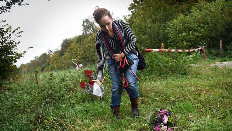 Een vrouw legt rozen bij de ingang van natuurgebied Horsterwold bij Zeewolde, waar het lichaam van Anne Faber donderdag werd gevonden Beeld Marcel van den Bergh / de Volkskrant