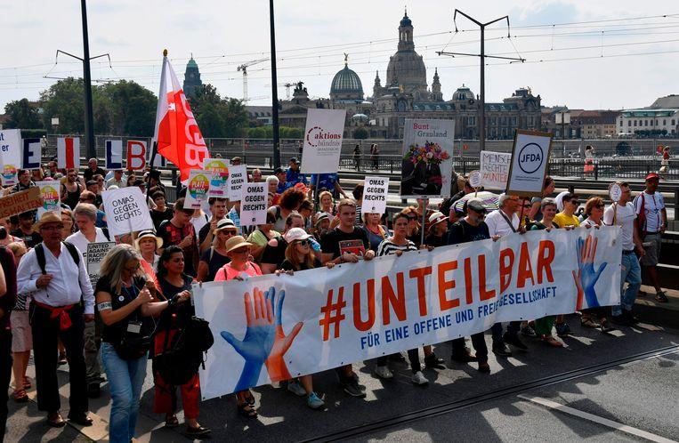 """Manifestanten nemen deel aan de demonstratie tegen extreemrechts, die """"#Unteilbar"""" (onverdeelbaar) heet."""