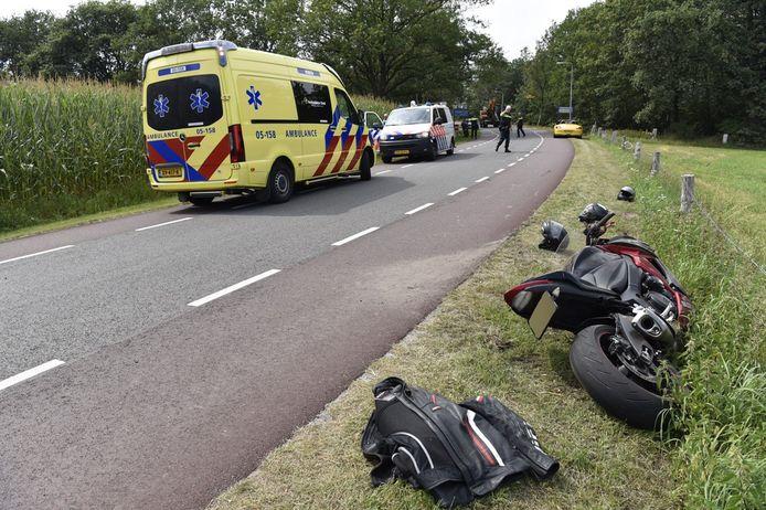 De motor kwam na de botsing bij Langeveen in de berm tot stilstand.