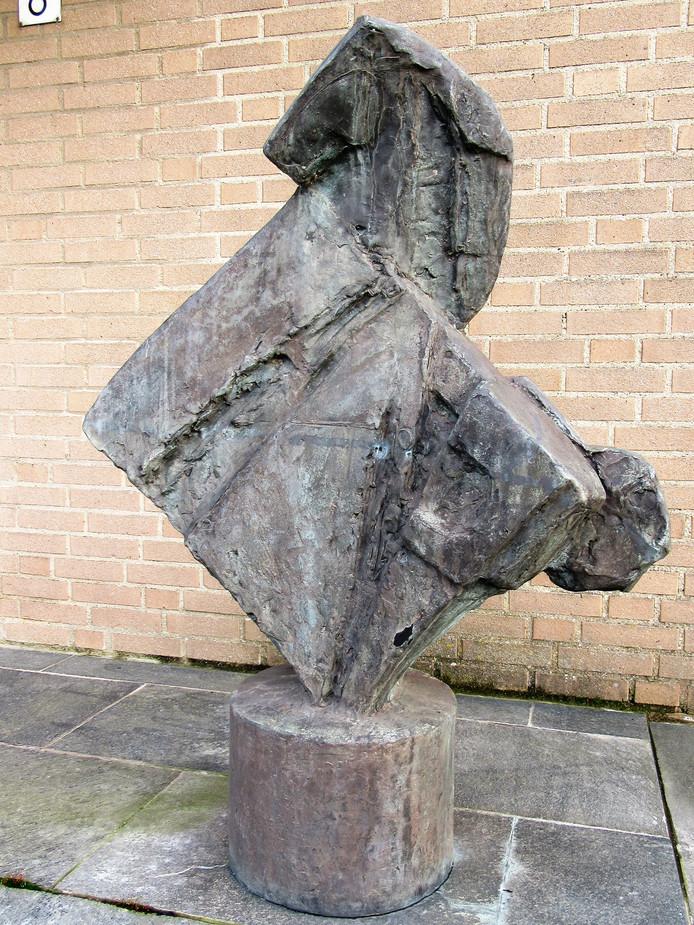 Dit bronzen paard stond jaren voor het politiebureau in Heinkenszand.