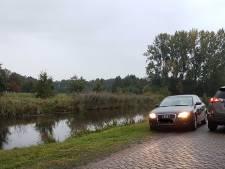 Veel ramptoeristen proberen glimp op te vangen van boerderij aan de Buitenhuizerweg in Ruinerwold