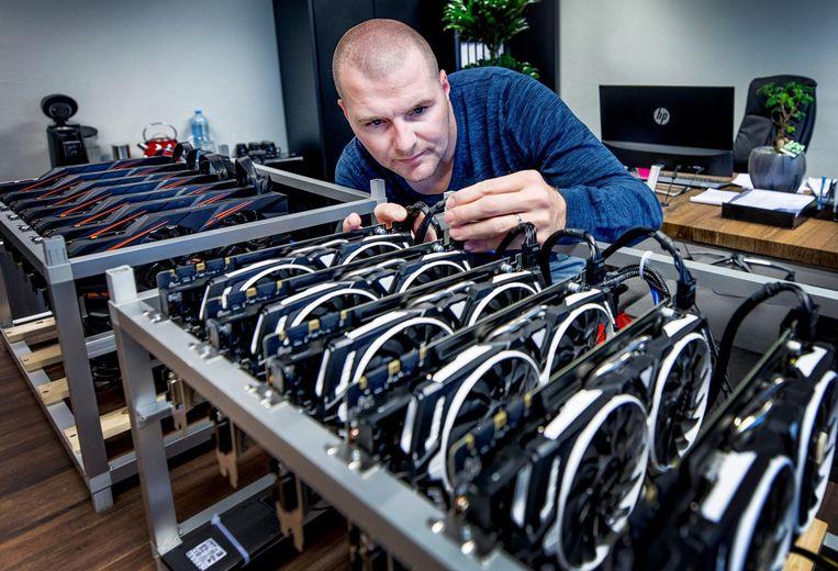 Berry van Mourik met mijncomputers in het kantoor van zijn bedrijf Koinz Trading in Lelystad.
