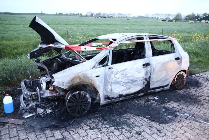 De uitgebrande auto bij Culemborg.