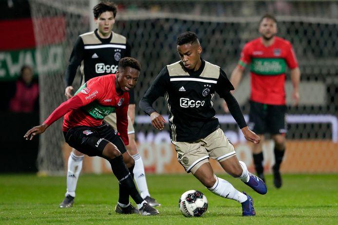 Jonathan Okita van NEC in duel met Jurrien Timber van Ajax.