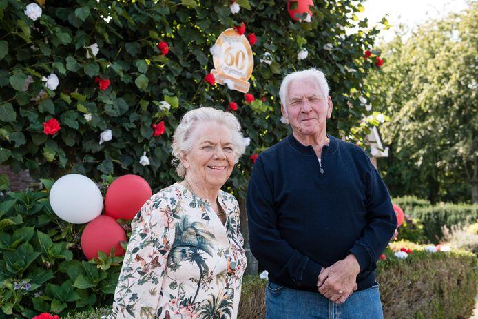 Ze mogen dan wel elkaar tegenpolen zijn, Rikie Schukkink en Frits Grethe vierden zaterdag wel hun zestigste trouwdag.